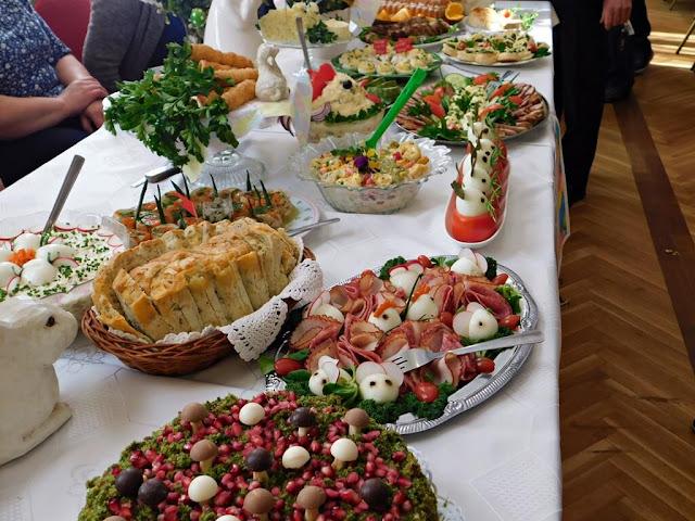 wędliny i ciasta świąteczne podczas prezentacji w Nowym Kramsku