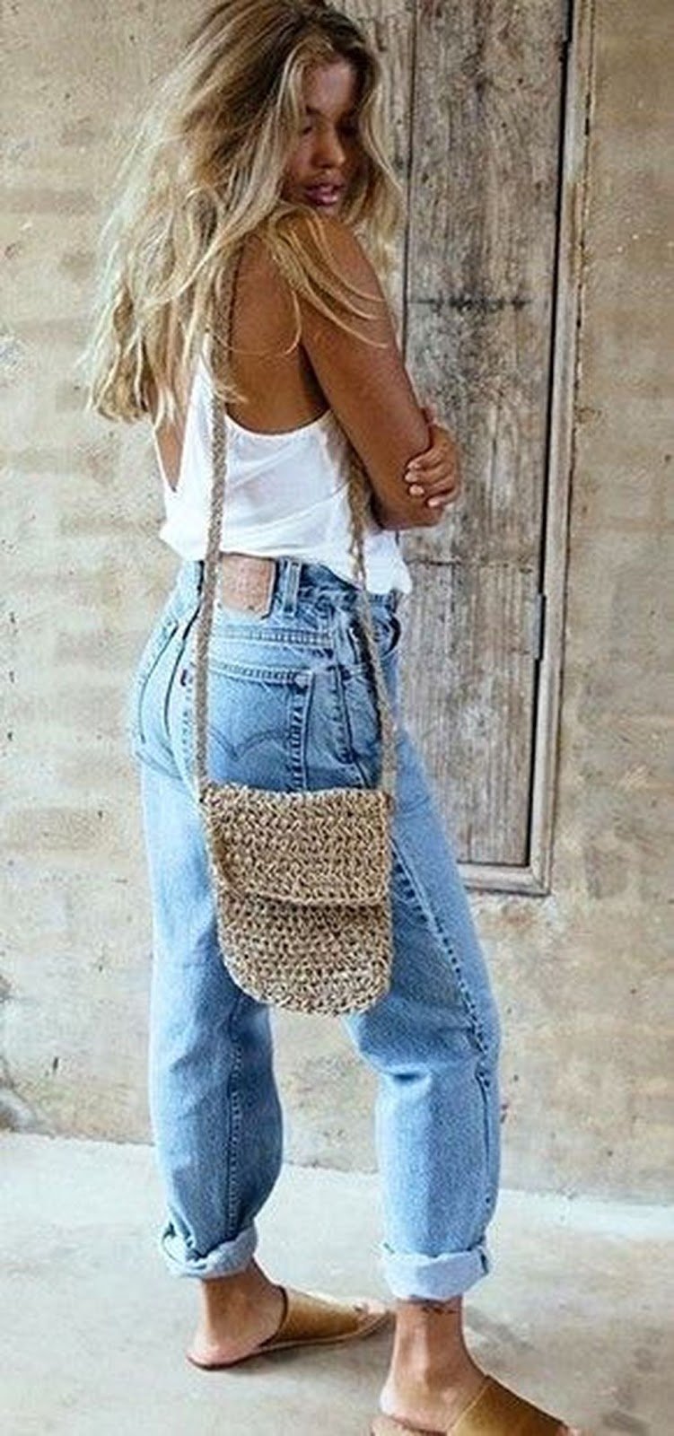stylish look | nude bag + boyfriend jeans + top + slides
