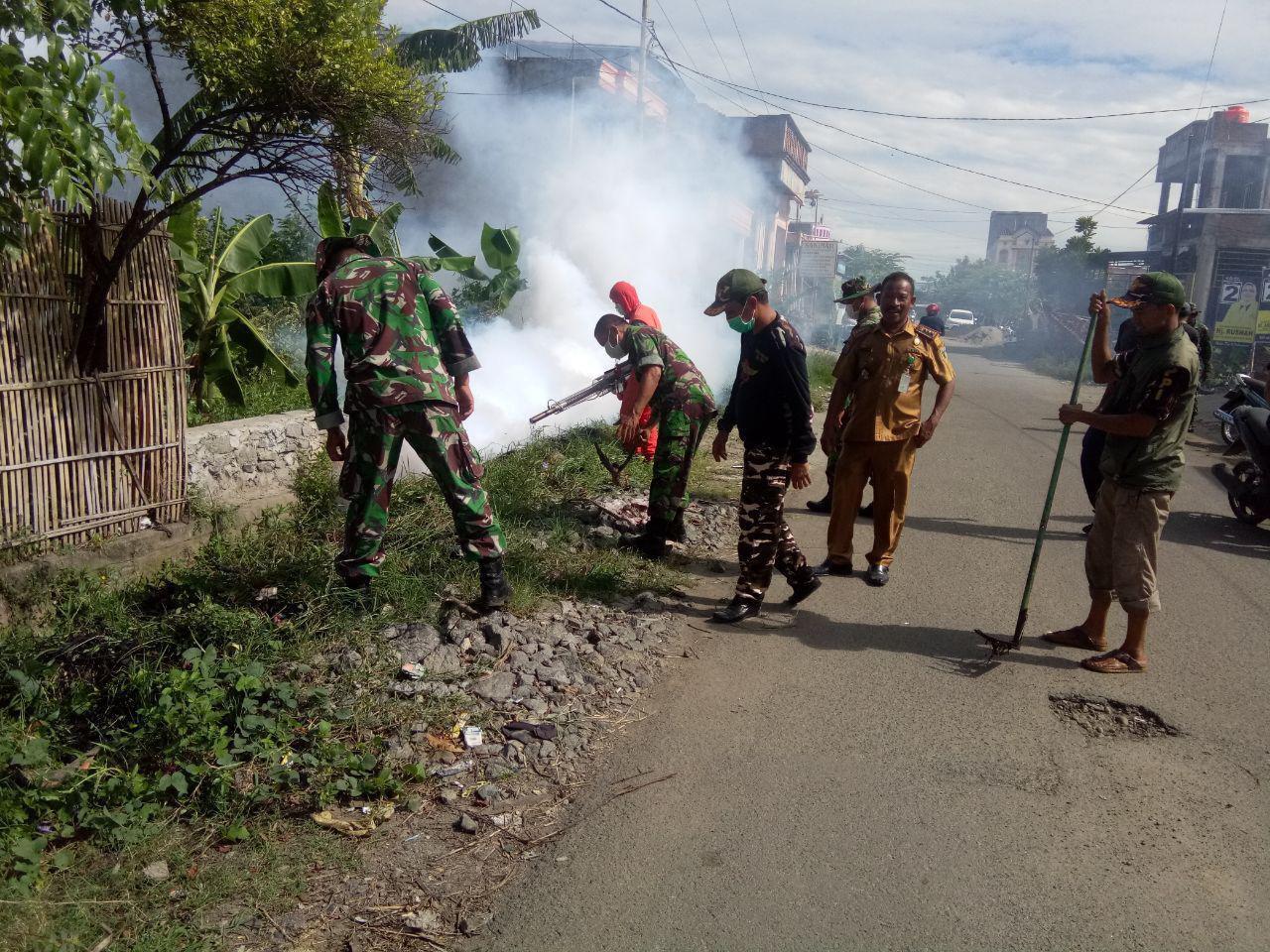 Personel Kodim Pinrang Bersama Pemerintah dan Masyarakat Berantas Nyamuk Cegah DBD