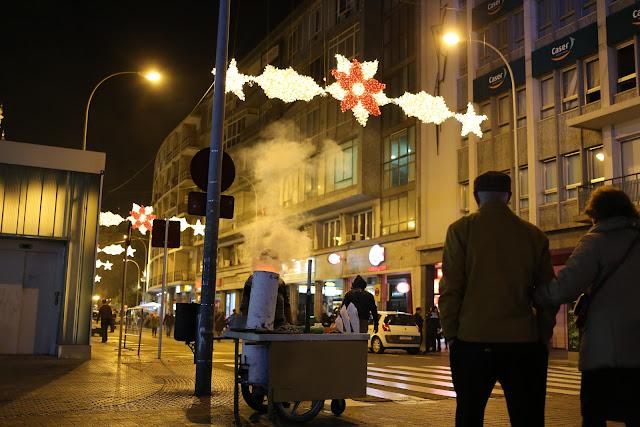 Fotografía nocturna de la calle de sevilla por navidad