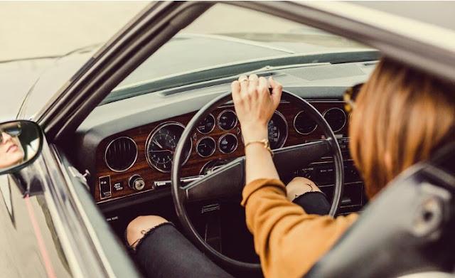 mujer responsable conducir