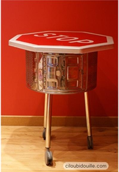 Meja funky dari drum mesin cuci.