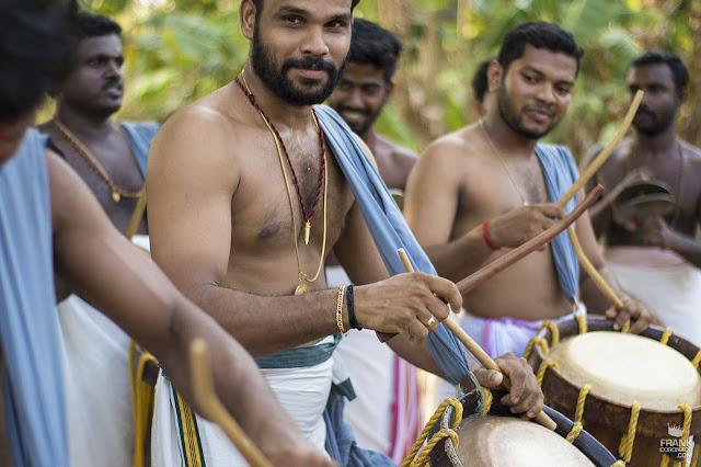 hombres con tambores en Kerala