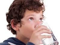 Tega, Guru di Bangladesh hukum murid SD minum air got