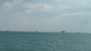 Pencarian 10 marinir AS yang hilang di Selat Malaka.