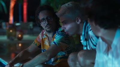 Willian (Diego Montez) e Pablo (Rafael Infante) chegam e se juntam a Maril (Lucio Mauro Filho) — Foto: Globo