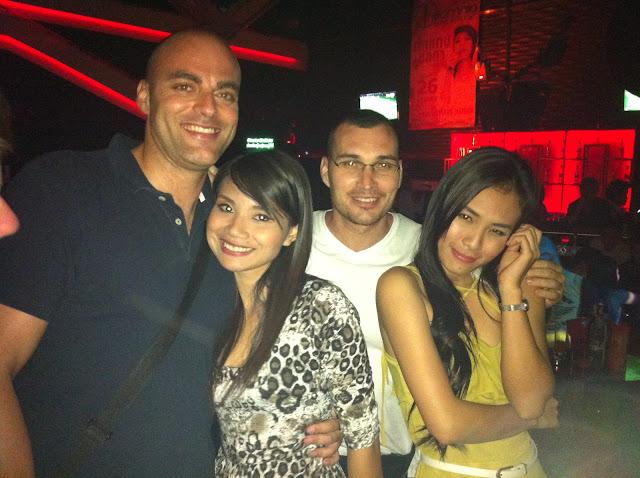 Bartron y Mike con dos amigas thais