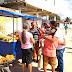 """Serrinha: """"Graças a Deus tudo foi vendido"""", abraçada pelo Vice-Prefeito, 1º Feira Comunitária do Cajueiro já beneficia mais de 10 famílias"""