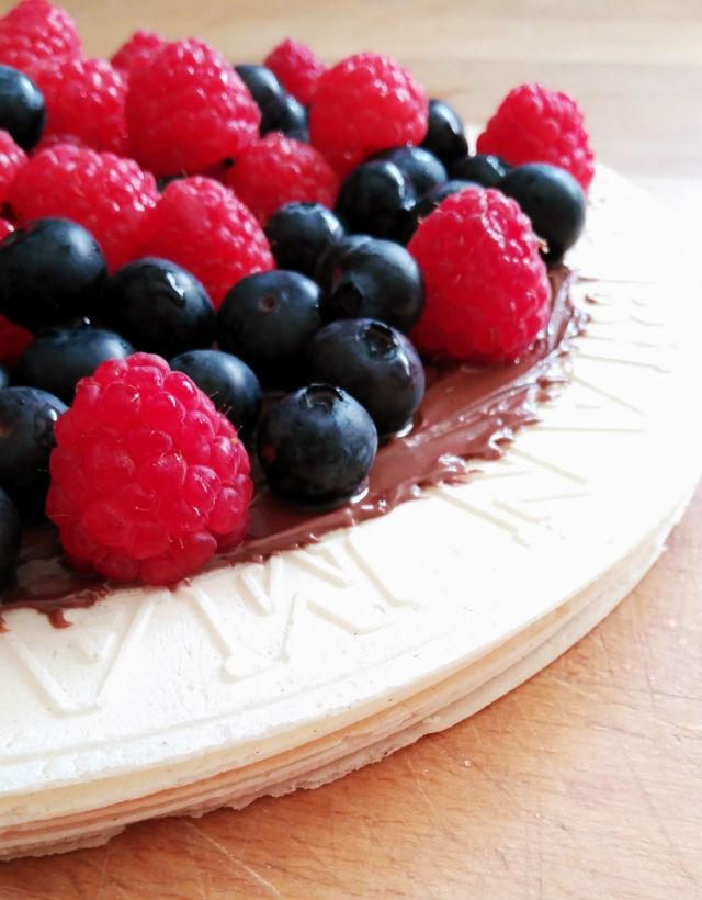 tarta de obleas con frutas y Nutella
