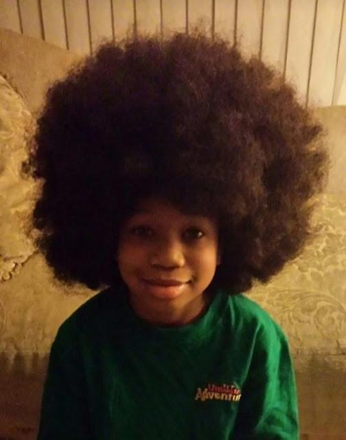 La gente está tan conmovida por este niño que se dejó crecer el pelo para niños con cáncer