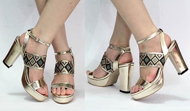 Sandal high heels chunky yang didesain mewah