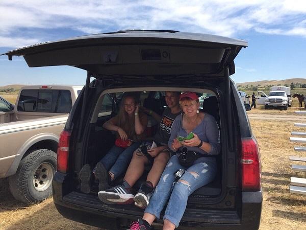Wir sitzen im Heck unseres Chevy Suburban während eines Bull Riding Wettbewerbs in der Wind River Reservation in Wyoming