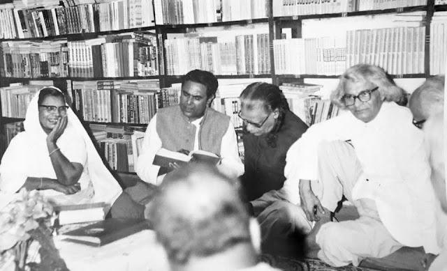 लोकभारती में पाठ करते अमृतलाल नागर, साथ हैं महादेवी वर्मा, इलाचंद जोशी व सुमित्रनंदन पंत