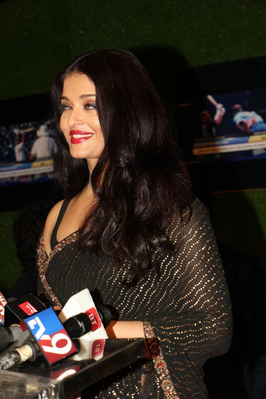 Beautiful Hindi Actress Aishwarya Rai Long Hair Photos In Black Saree