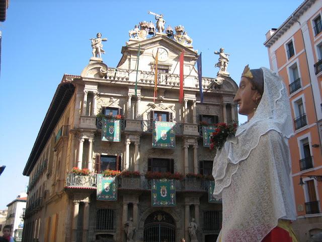 Gigantes en las Fiestas de San Fermín de Pamplona frente al Ayuntamiento