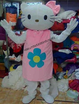 foto kostum karakter hello kitty badut