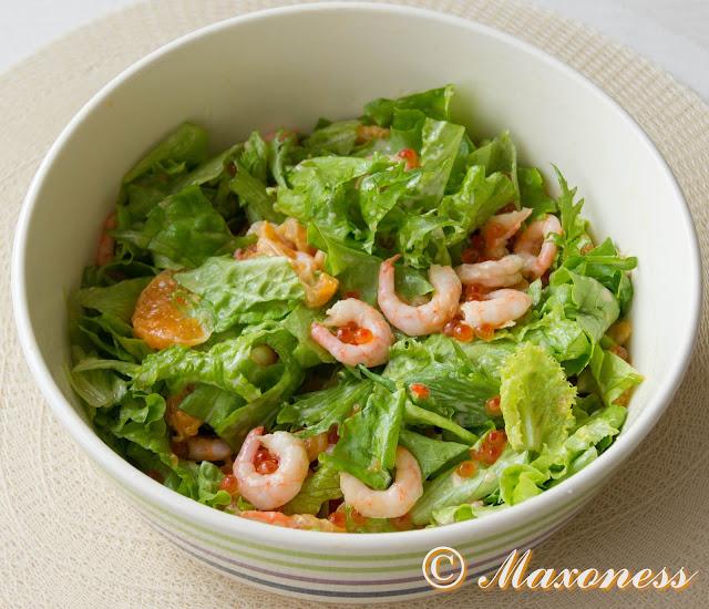 Постный салат с креветками и красной икрой