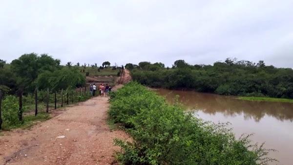 Volta a chove na região próximo ao povoado de Mandacaru, trazendo boas consequências para a população.