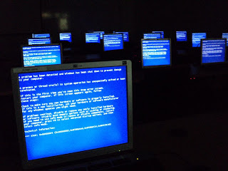 Windows_Blue_Screen_on_room_full_of_comp