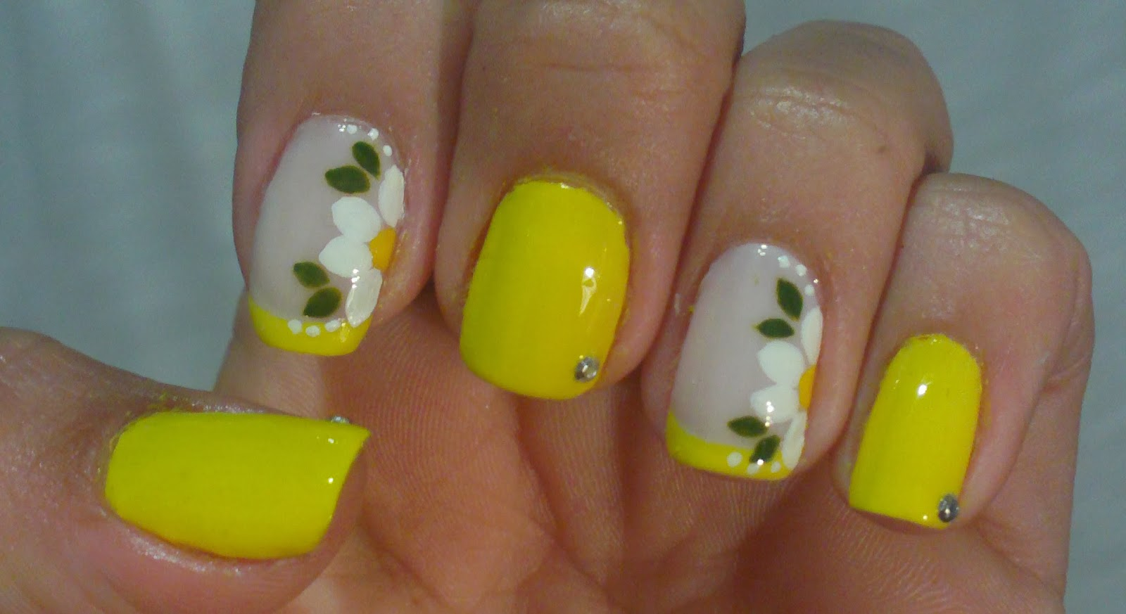 Unhas Express Decoraç u00e3o em Amarelo com Flor Manual Bela e Simples Nail Art # Decoração De Unha Simples E Facil