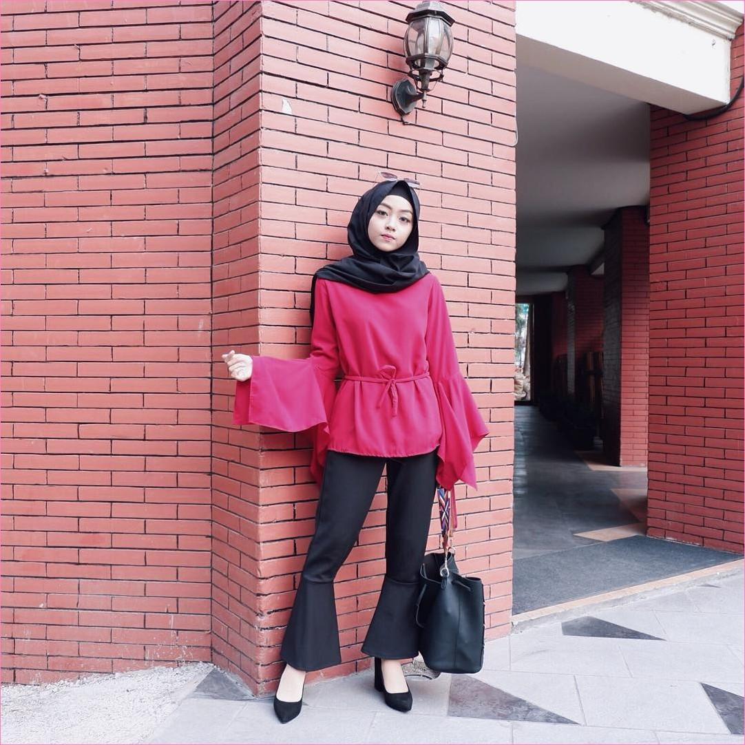 Outfit Baju Top  Blouse Untuk Hijabers Ala Selebgram 2018 Bell Sleeve Blouse pink tua celana cullotes wedges high heels totebags ciput rajut hijab pashmina diamond hitam kacamata ootd trendy tembok bata oren lampu straps bags