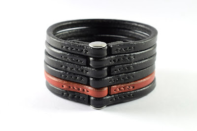 Back side of the custom made 6-rings Leather Bracelet in black and red leather with stainless steel Chicago screw