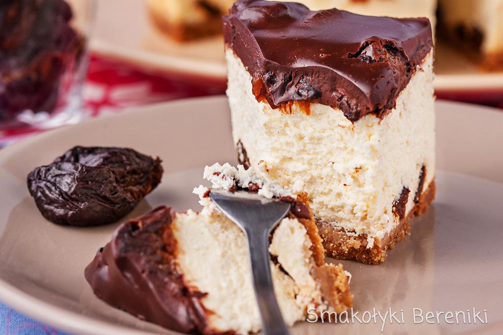Sernik z suszonymi śliwkami w polewie czekoladowej