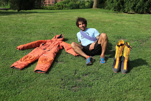 Jonatan García posa en el jardín botánico con su equipo de alpinismo