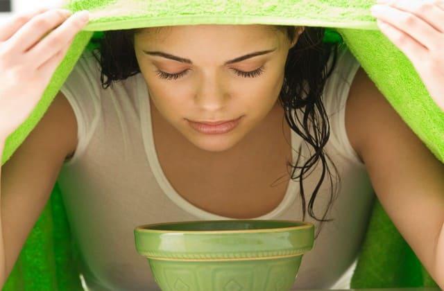 Menguapi wajah sebagai cara alami menghilangkan jerawat batu