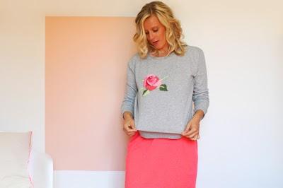 Camisa con flores de tela cosidas