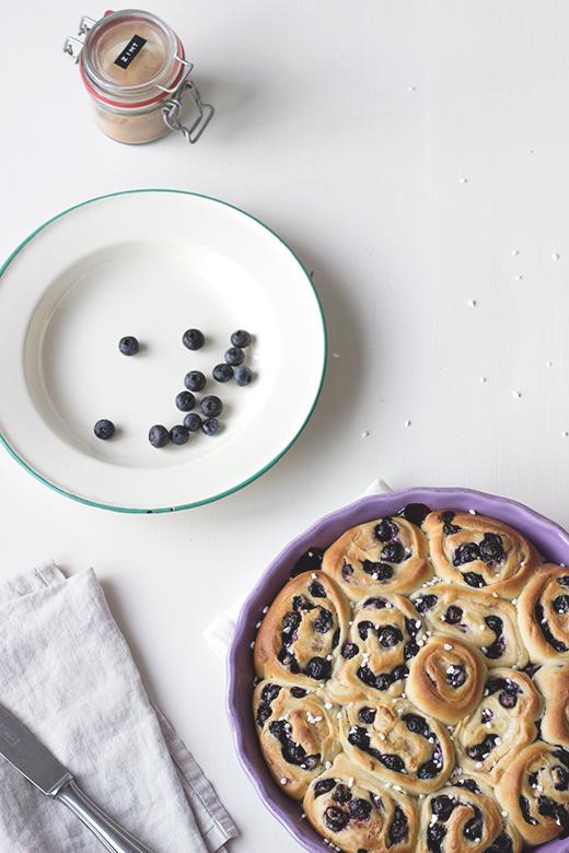 Rezept für saftige Blaubeer-Zimtschnecken. Holunderweg18