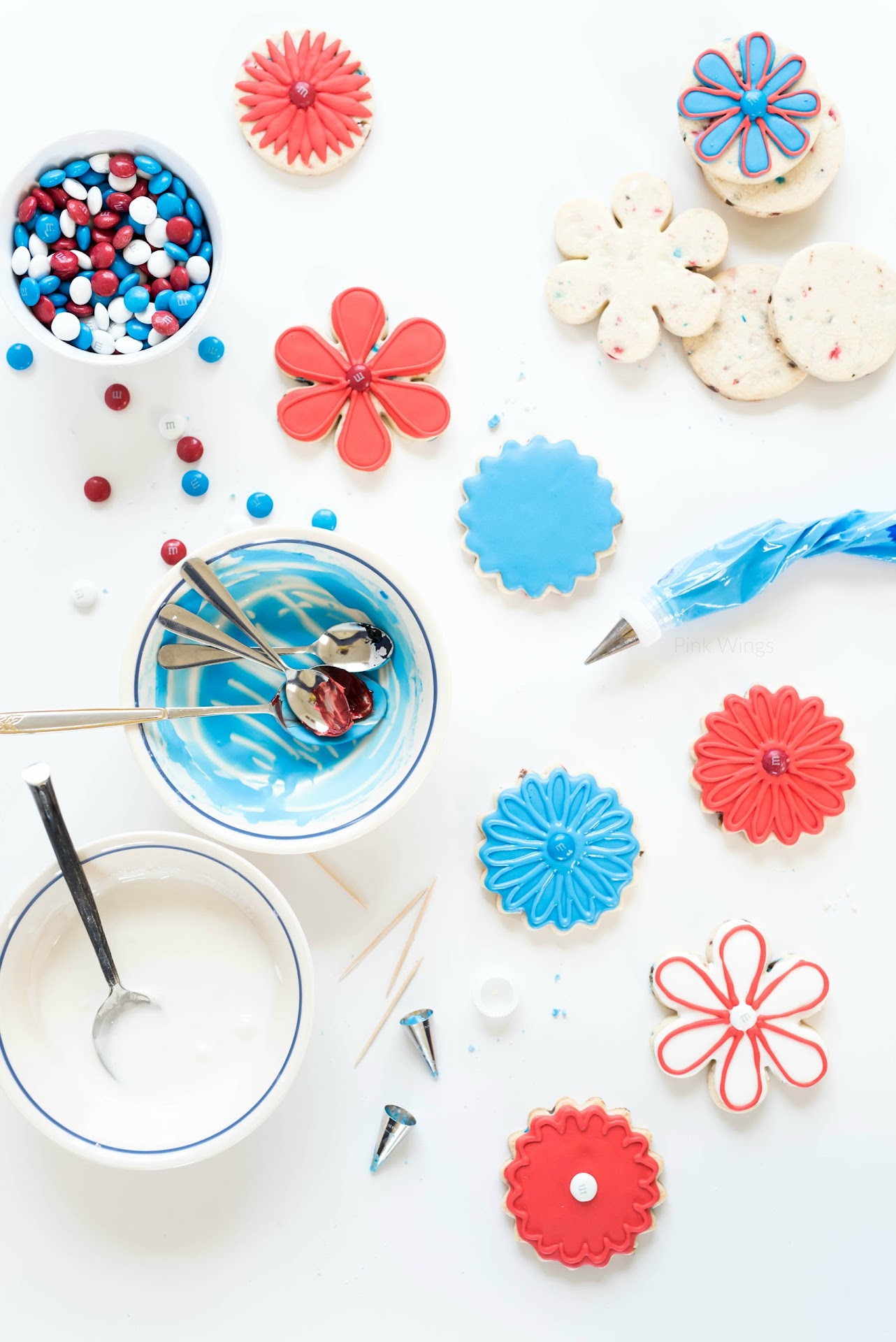 flower sugar cookies, best royal icing recipe, how to decorate sugar cookies, what pastry tips to use for royal icing, tips for decorating sugar cookies, patriotic recipes, ingredients food photography, food art