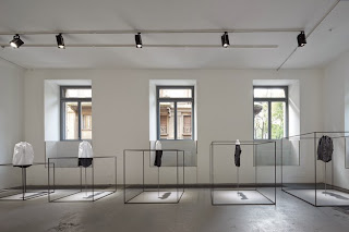 Nendo, instalación para COS en el Salone del Mobile en Milán
