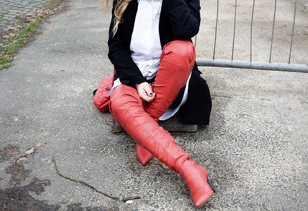 Outfit mit roten Overknees, Styling mit roten Overknees, Streetstyle