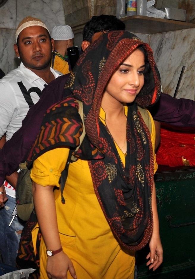 Hindi Film Actress Vidya Balan At Mahim Dargah