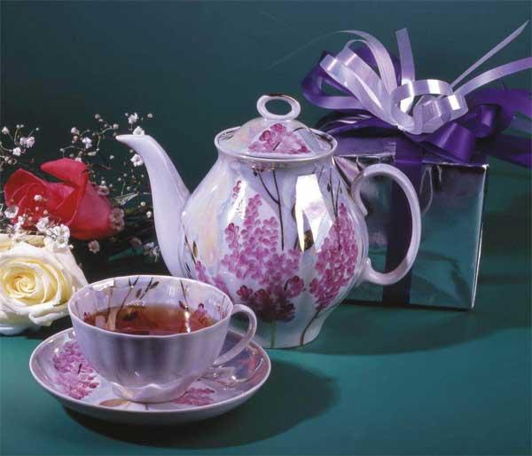 Чай из лепестков чайной розы является одним из самых популярных цветочных чаев. Лепестки чайной розы можно заваривать, как самостоятельно, так и ароматизировать ими чай.