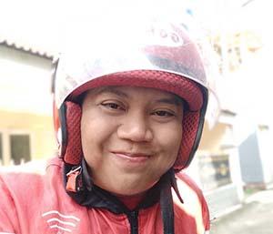 Jhon Jawir Pakai Helm