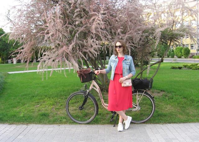 Projekt wiosna, miasto i rower – sukienka midi i kurtka w stylu DIY