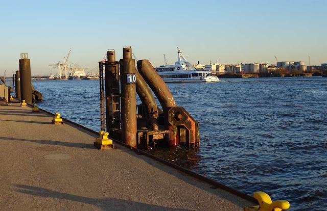 Schiffanleger am Hafen Hamburg mit gelben Antaumöglichkeiten, Elbe und Hafenkräne