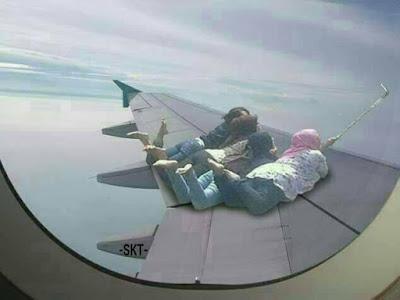 10 Editan Foto 'Cewek Selfie di Trotoar' Ini Bikin Ngakak Banget