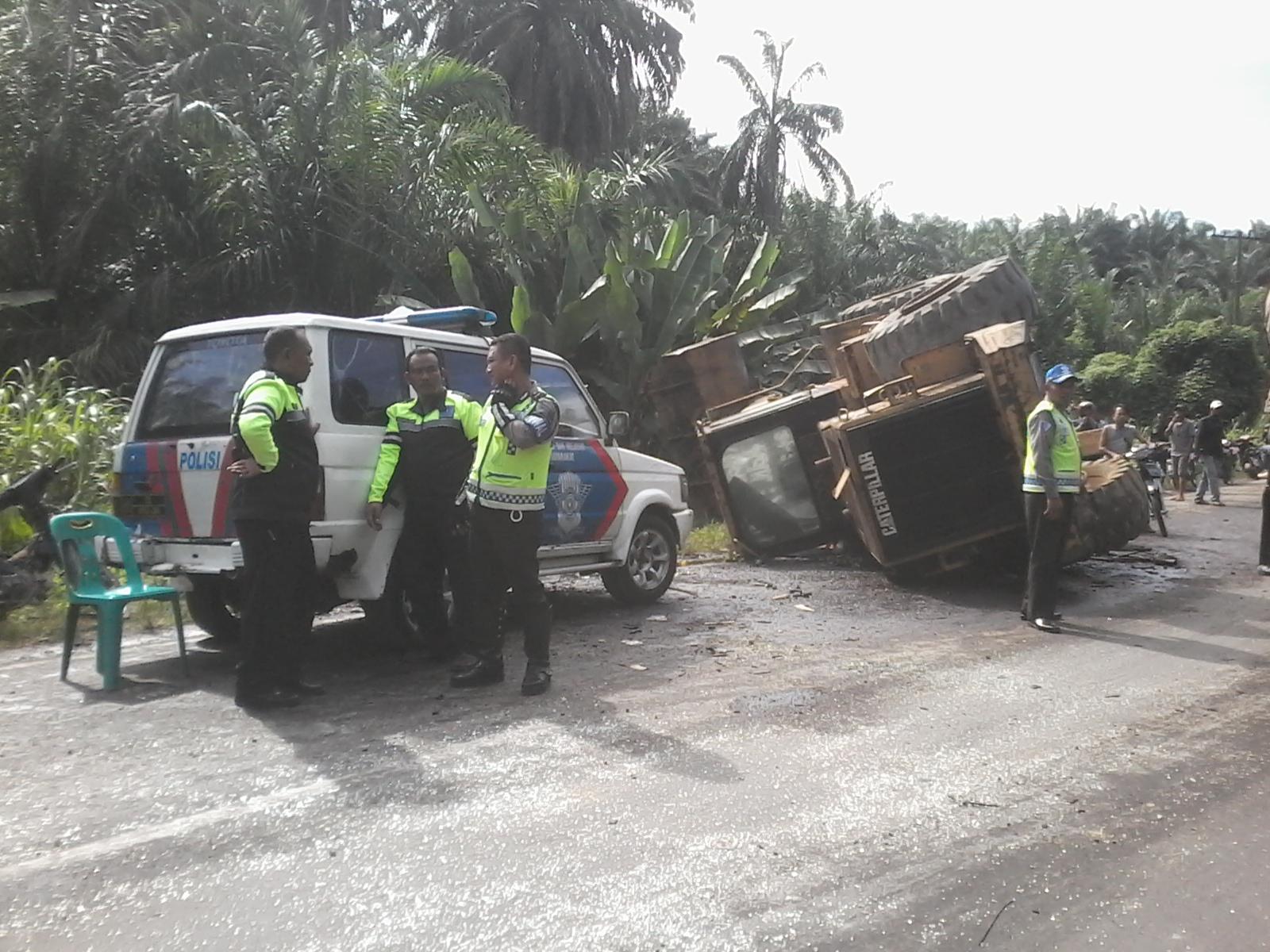 Petugas melakukan evakuasi di lokasi tabrakan