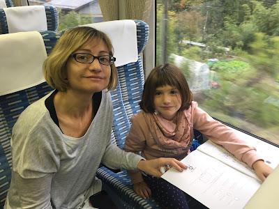 Paula y yo escribiendo en el tren