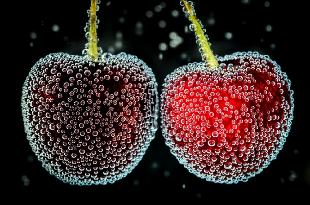 The 100 best photographs ever taken without photoshop - Cherries under the water