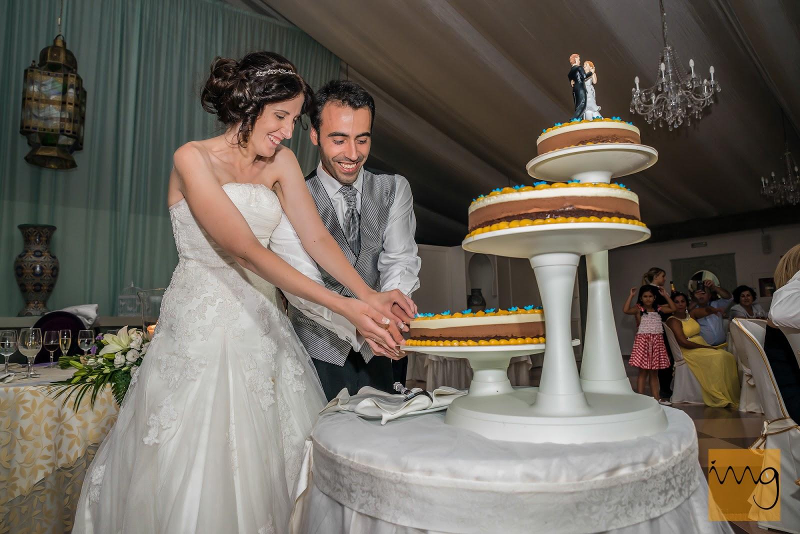 Los novios cortando la tarta