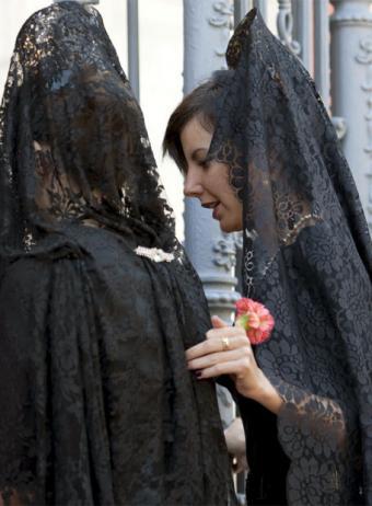 d094b1be27 La mantilla española es una prenda popular de nuestro país y cuyo orígenes  no están muy claros. Se cree que ya eran utilizadas por los íberos