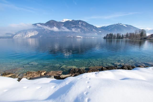 Laghi ghiacciati con la neve che precedono Sankt Wolfgang
