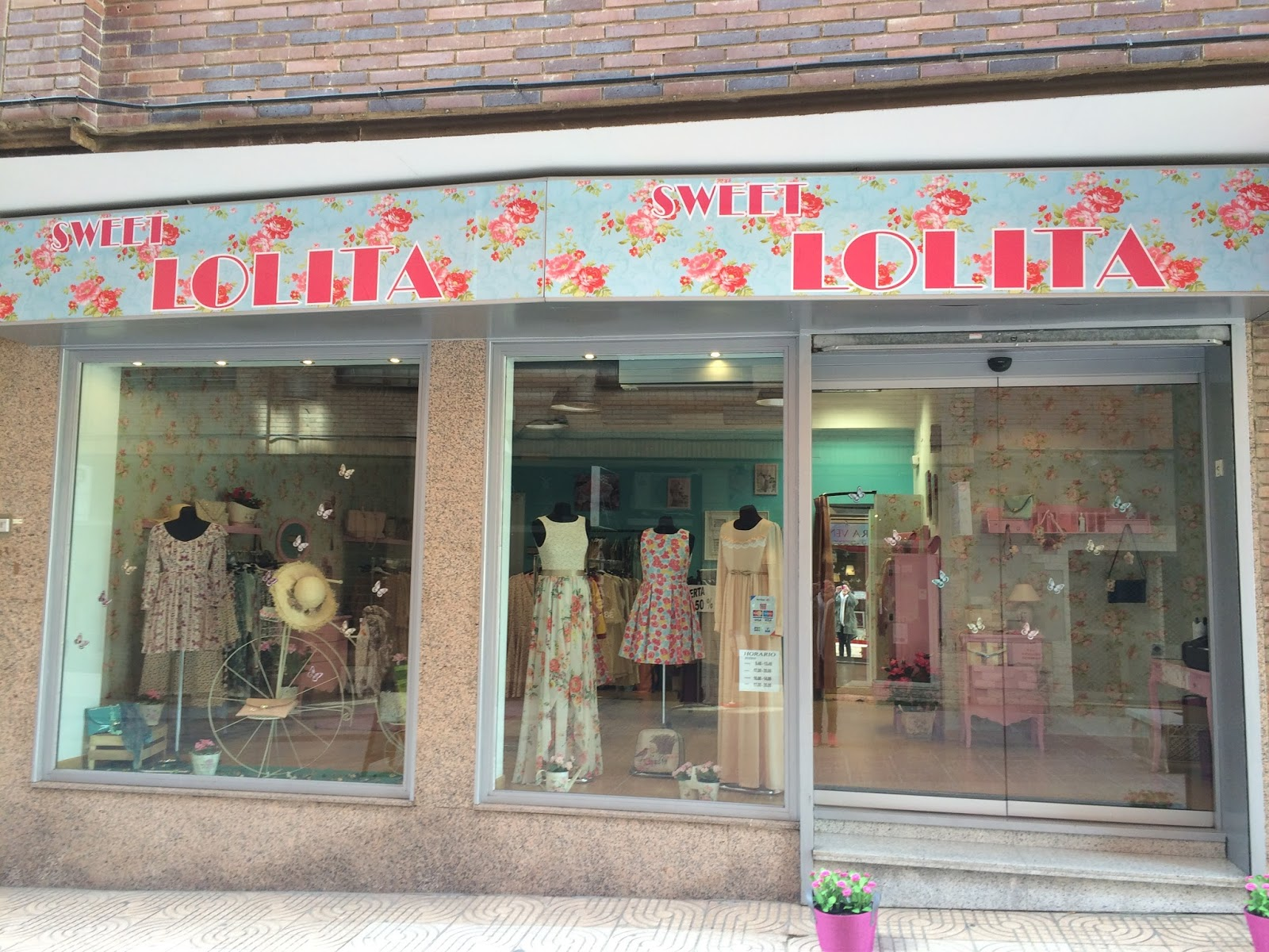 7b09bf7d5c2e Buceando por internet encontré la página de Facebook de Sweet Lolita y no  me decepcionó ni un ápice. La tienda lleva abierta desde el mes de  diciembre en la ...