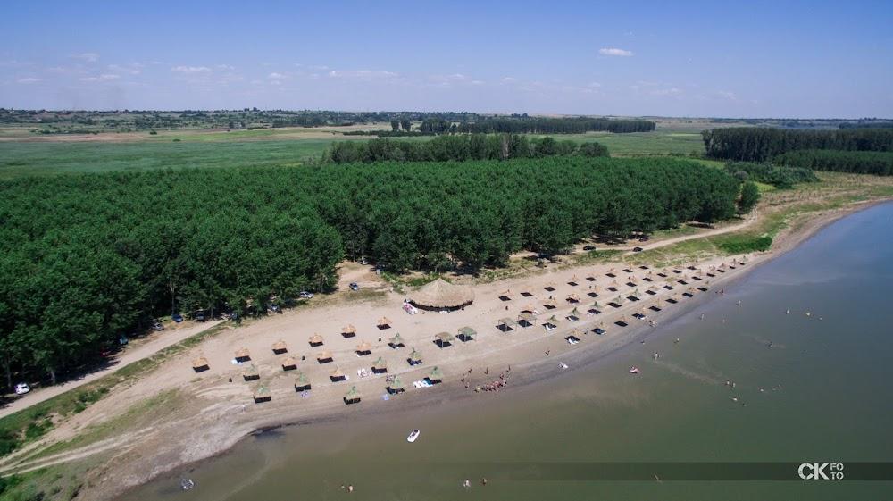 Plaja de la Cetate, preferată şi în această vară de mii de vizitatori