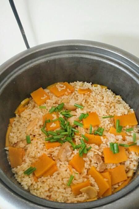 原本以為南瓜只能蒸著吃, 媽媽這樣做我一頓吃了3碗,又香又好吃!做法簡單,一個電鍋就做好!