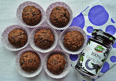 Słodkie bułeczki otrębowe z czarnym bzem, suszonymi śliwkami i płatkami czekoladowymi